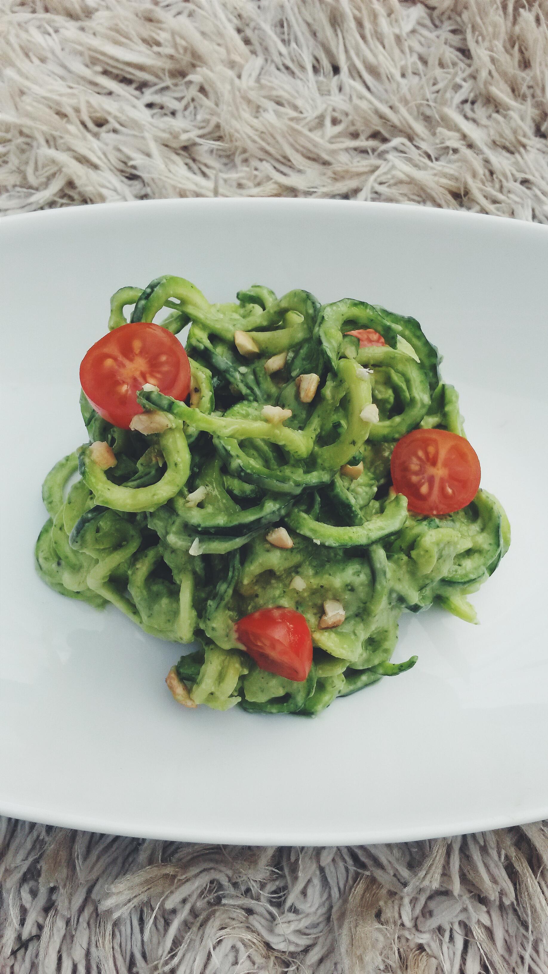 raw vegan zucchini spaghetti with creamy avocado pasta sauce ctveganista. Black Bedroom Furniture Sets. Home Design Ideas