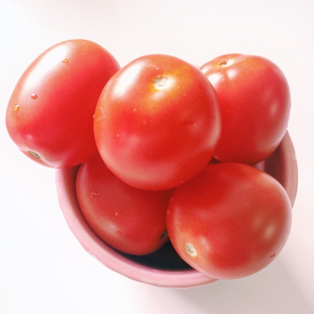 Raw vegan Mid-morning vegan snack of 16 cherry tomatoes